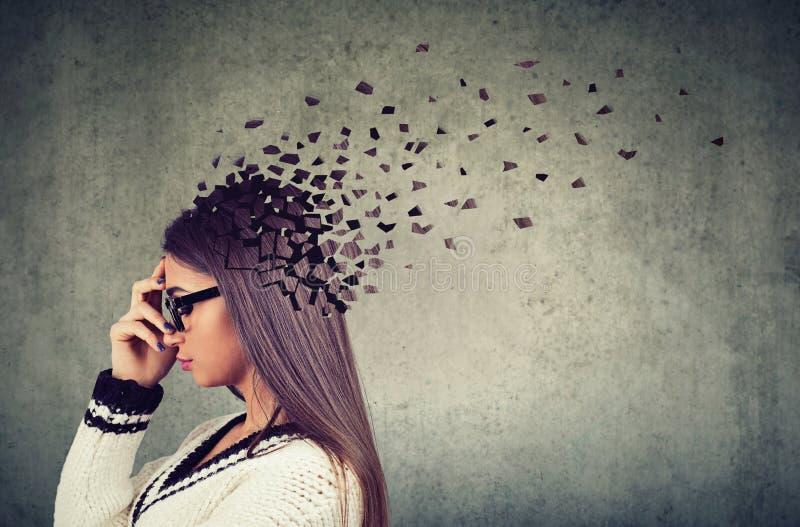 Peças perdedoras da mulher da cabeça como o símbolo da função diminuída da mente imagens de stock royalty free