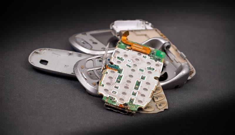 Peças quebradas do telefone de pilha foto de stock
