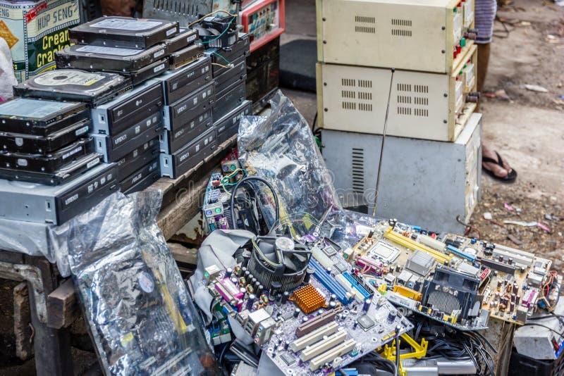 Peças sobresselentes do computador no mercado de rua fotos de stock