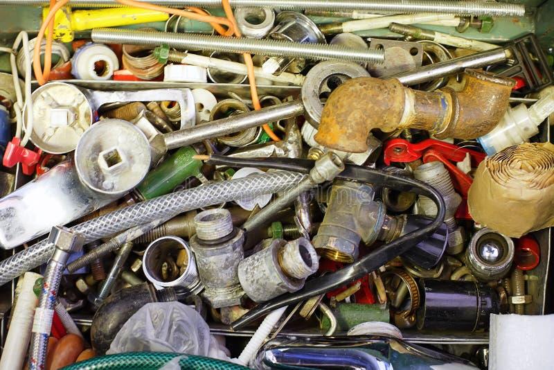 Peças sobresselentes para sondar: tubulações, parafusos, porcas, adaptadores, guindastes fotos de stock