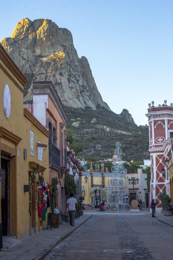 Peña de Bernal, una vista rurale nella collina magica famosa per avere uno di più grandi monoliti nel mondo fotografia stock