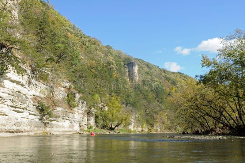 Peñascos de la piedra caliza a lo largo del río Iowa superior fotografía de archivo libre de regalías