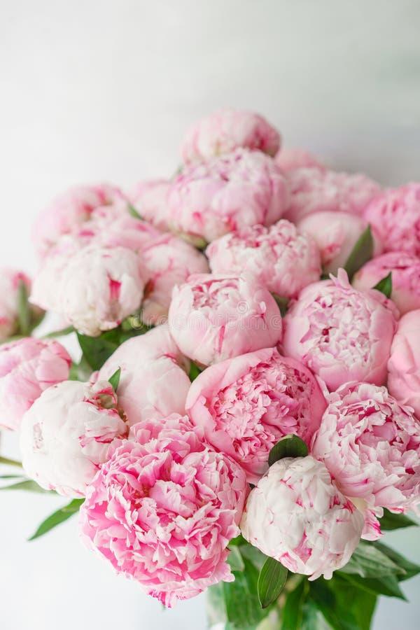 Peônias cor-de-rosa Composição floral, luz do dia wallpaper Flores bonitas no vaso de vidro Ramalhete bonito imagens de stock royalty free