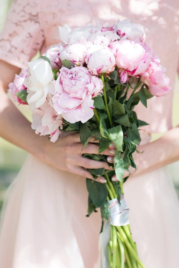 Peônias nas mãos, flores da mola nave imagens de stock