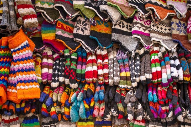 Peúgas, chapéus e luvas de lã coloridos foto de stock