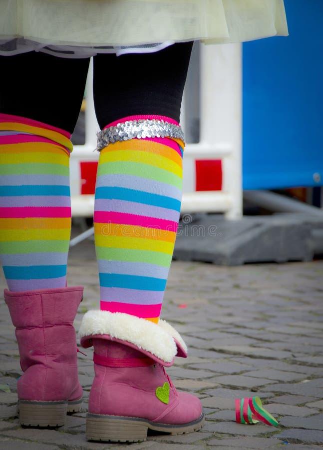 Peúgas coloridas à moda de um adolescente imagens de stock royalty free