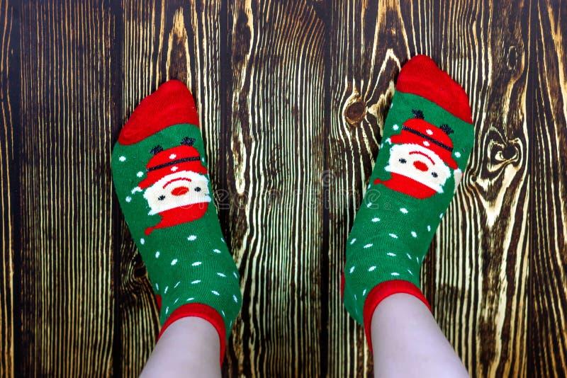 Peúgas do bebê do Natal, feriado feliz Ano novo e Feliz Natal Feriado feliz Pés do bebê em peúgas vermelhas e verdes com imagens de stock