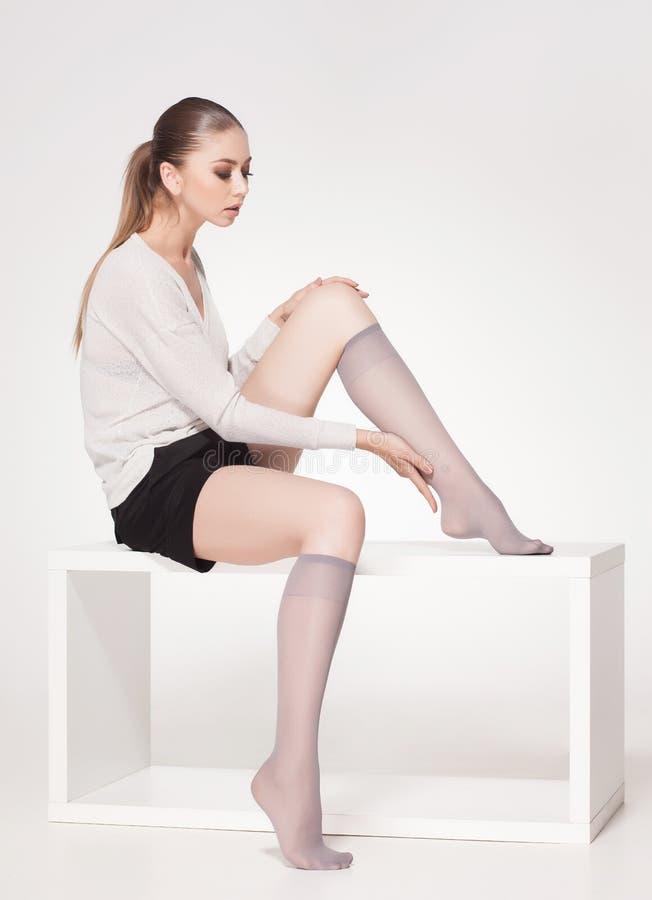 Peúgas vestindo do lycra do joelho da mulher bonita - corpo completo fotografia de stock royalty free