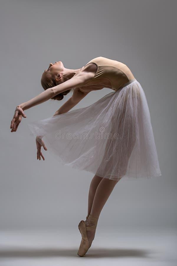 Pełen wdzięku baleriny pozycja na palec u nogi zginać zdjęcie stock