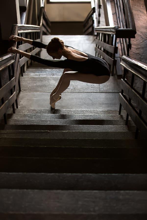 Pełen wdzięku baleriny pozycja w pełen wdzięku pozie obrazy stock