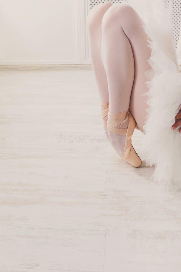 Pełen wdzięku baleriny rozciąganie, baletniczy tło zdjęcia stock