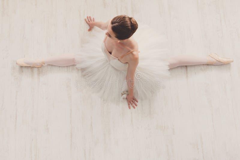 Pełen wdzięku baleriny rozciąganie, baletniczy tło obraz stock