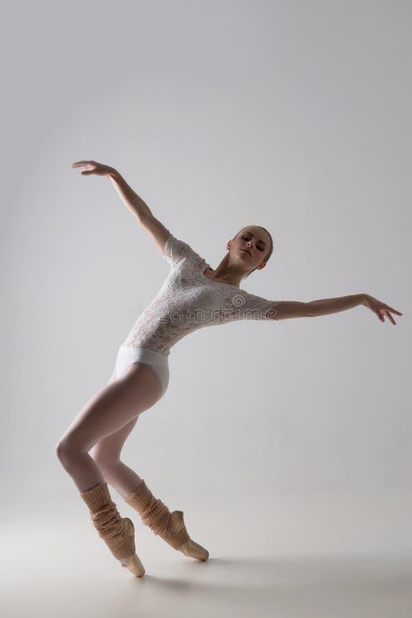 pełen wdzięku baletniczy tancerz obrazy royalty free
