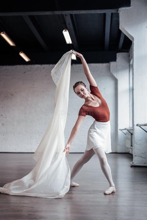 Pełen wdzięku dobry przyglądający tancerz ma jej swój występ zdjęcia royalty free