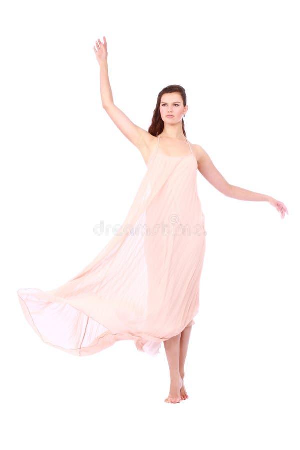 Pełen wdzięku dziewczyna w latania świetle - różowa suknia zdjęcia royalty free