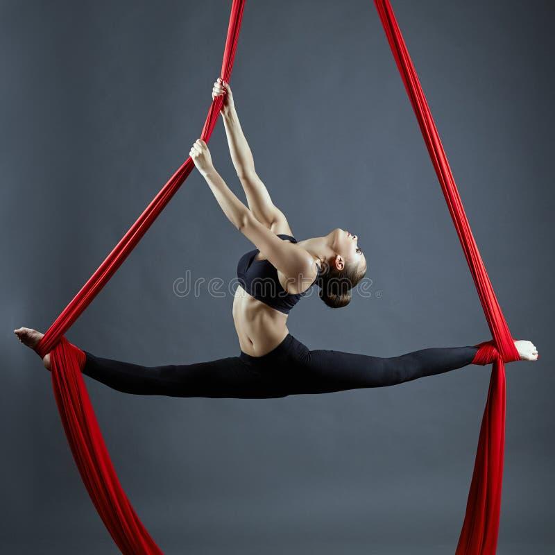 Pełen wdzięku gimnastyczki spełniania powietrzny ćwiczenie zdjęcie stock
