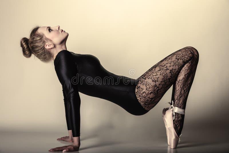 Pełen wdzięku kobieta baletniczego tancerza folująca długość obraz royalty free