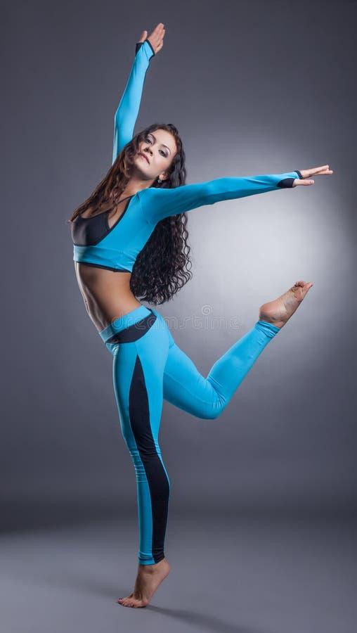 Pełen wdzięku sporty kobieta pozuje w studiu zdjęcie royalty free