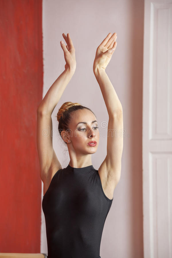Pełen wdzięku tancerz Ćwiczy W Baletniczym studiu obrazy royalty free