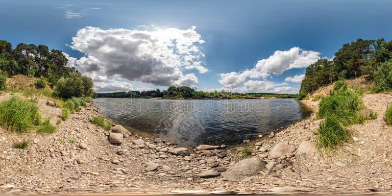 Pełna bańczasta bezszwowa hdri panorama 360 stopni kąta widoku na skalistym brzeg ogromna rzeka w pogodnym letnim dniu i wietrzne fotografia royalty free