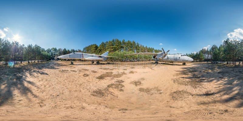 Pełna bańczasta hdri panorama 360 stopni kąta widoku w lasowym guerrilla obozie z starym wojskowego transportu samolotem i wojown obraz stock