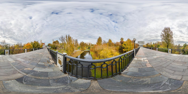 Pełna bezszwowa bańczasta sześcian panorama 360 stopni kąta widoku na zwyczajnym moście przez małą rzekę w jesieni miasta parku w zdjęcia royalty free