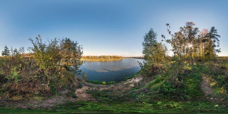 Pełna bezszwowa bańczasta sześcian panorama 360 180 stopniami kąta widoku na urwisku szeroka rzeka w pogodnym lato wieczór wewnąt fotografia stock