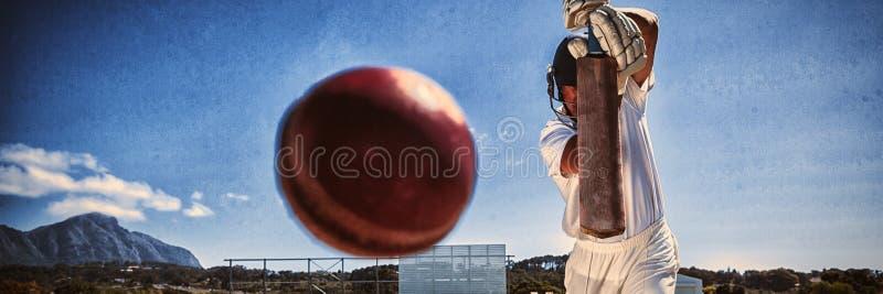 Pełna długość bawić się krykieta na smole przeciw niebieskiemu niebu pałkarz fotografia stock