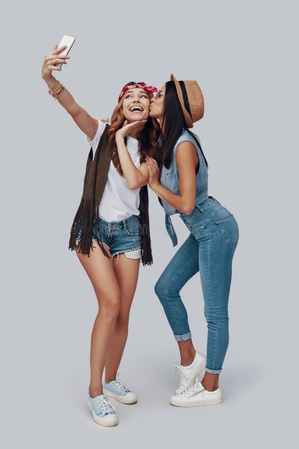 Pełna długość dwa atrakcyjnej eleganckiej młodej kobiety obrazy stock