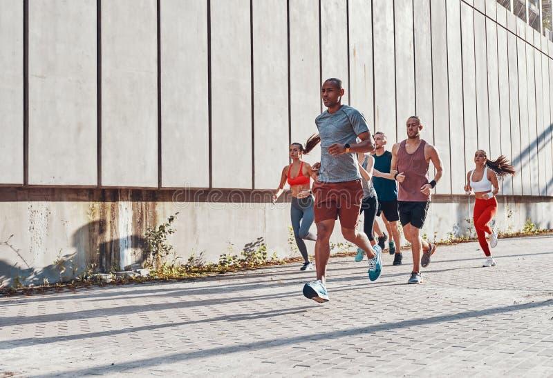 Pełna długość młodzi ludzie w sportów odziewać zdjęcia stock