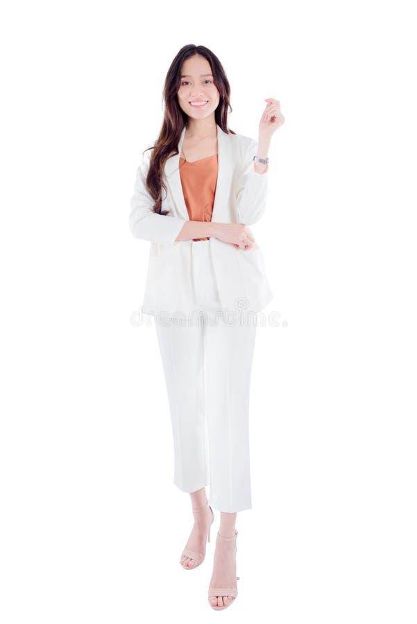 Pełna długość ono uśmiecha się przy kamerą odizolowywającą nad bielem bizneswoman zdjęcie royalty free