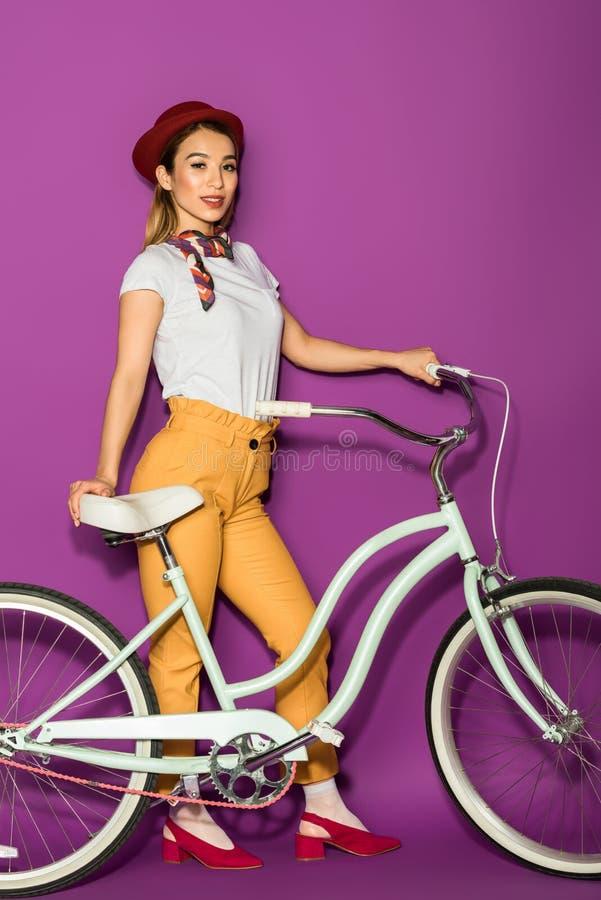pełna długość piękna elegancka azjatykcia kobiety pozycja z rowerem i ono uśmiecha się przy kamerą zdjęcie stock