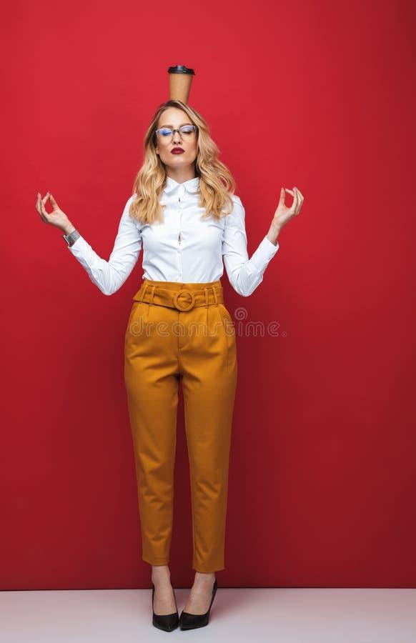 Pełna długość pięknej młodej blondynki zdjęcie stock