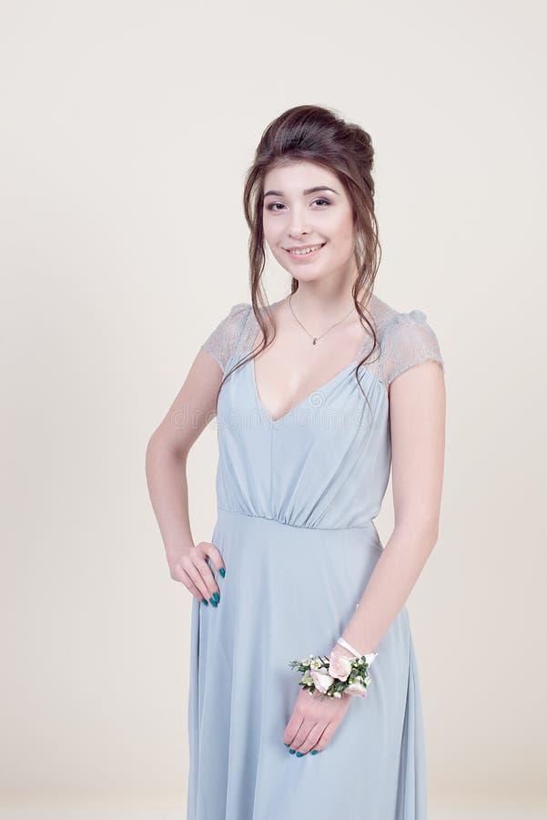 Pełna długość piękny kobieta model trzyma bukiet kwiaty jest ubranym w luksusowej długiej koronkowej sukni odizolowywającej dalej zdjęcia royalty free