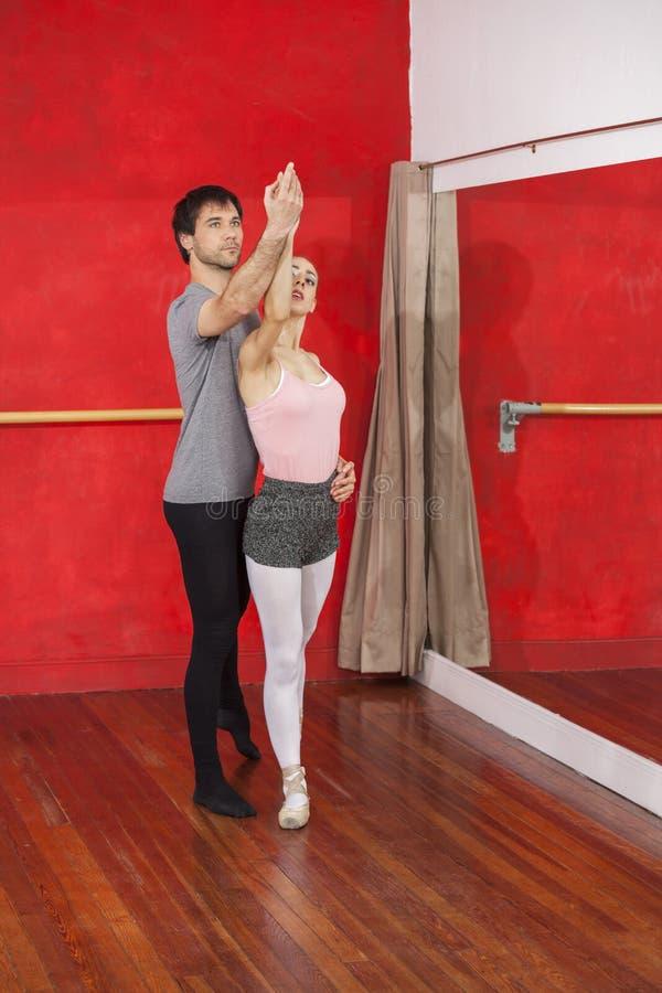 Pełna długość Pomaga Baletniczego tancerza trener fotografia stock