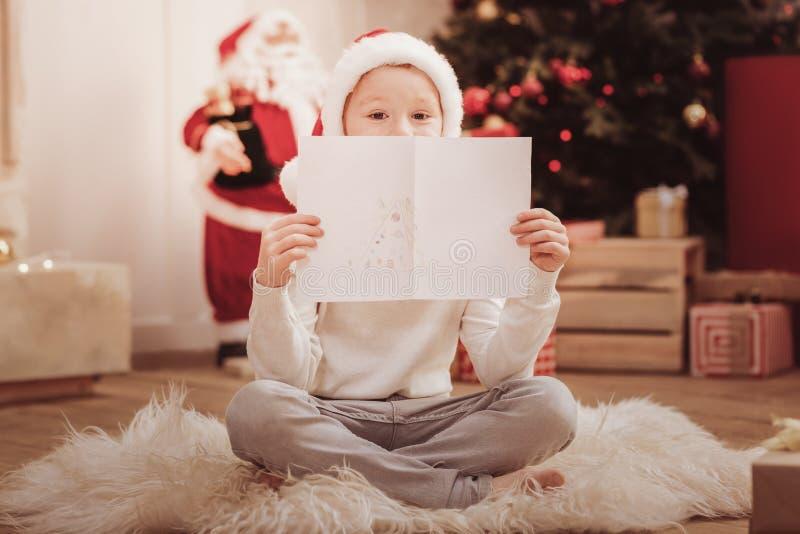 Pełna długość przyjemny dziecko z rysunkiem fotografia stock