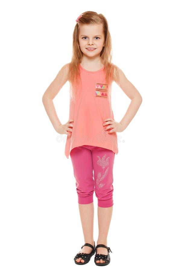 Pełna długość rozochocona mała dziewczynka w skrótach i koszulce; odizolowywający na białym tle zdjęcia stock