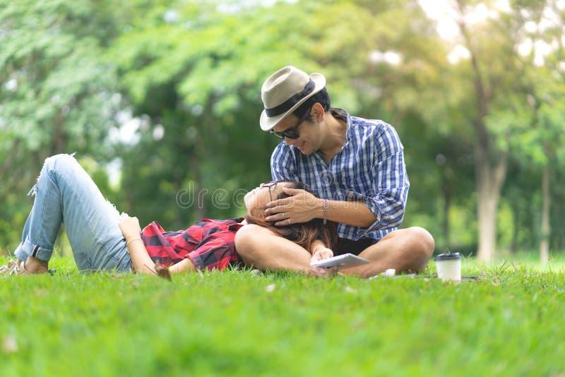 Pełna długość szczęśliwy żeński lying on the beach na szczęśliwym mężczyzna podołku obrazy royalty free