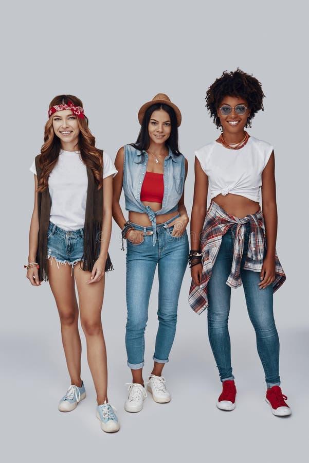 Pełna długość trzy atrakcyjnej eleganckiej młodej kobiety fotografia royalty free