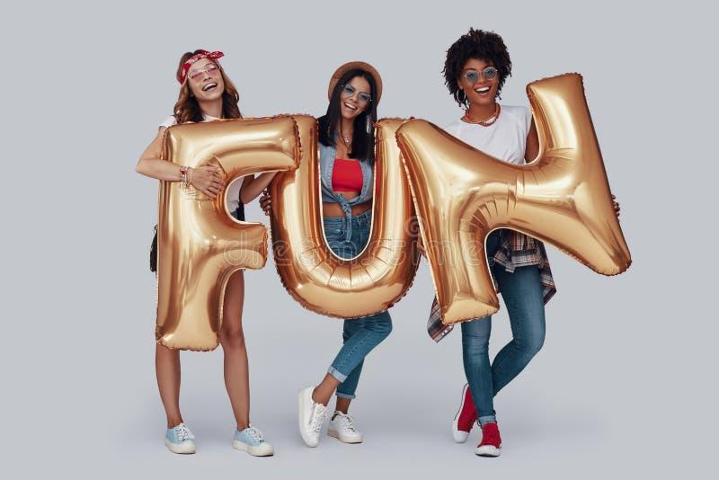 Pełna długość trzy atrakcyjnej młodej kobiety zdjęcia stock
