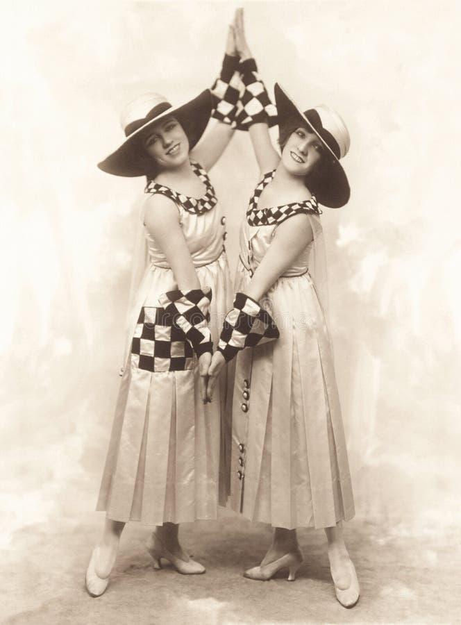 Pełna długość uśmiechnięci żeńscy tancerze wykonuje na scenie zdjęcie stock