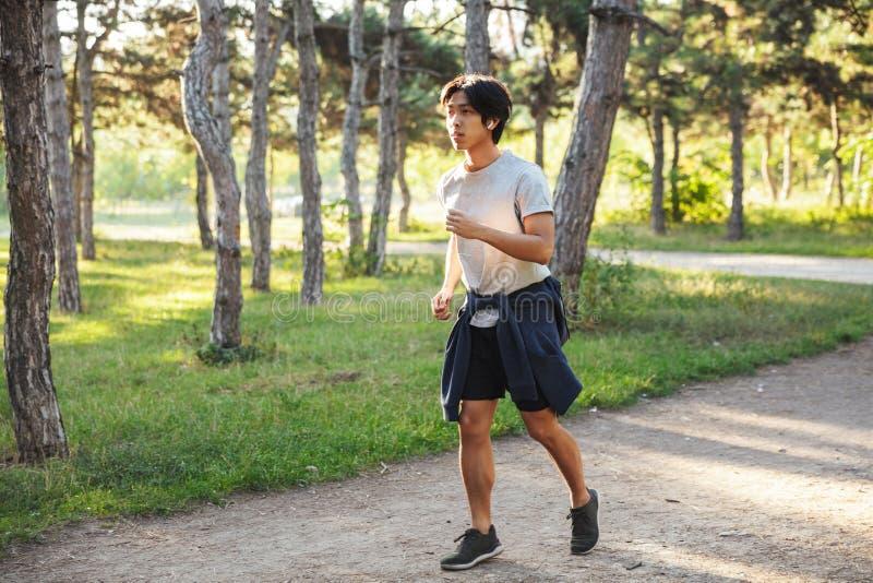 Pełna długość ufny azjatykci atleta mężczyzny bieg zdjęcie royalty free