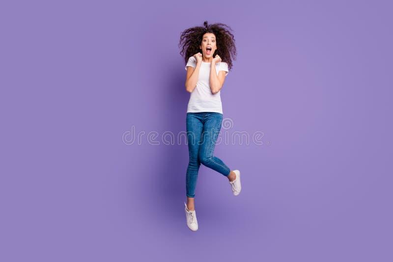 Pełna długości ciała rozmiaru fotografia piękna ona jej damy chirliderka skoku wysoko sprzedaży zakupy ekstatyczna dyskontowa odz fotografia royalty free