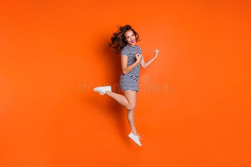 Pełna długości ciała rozmiaru fotografia rozradowanego cieszenia powabny chłodno mistrz krzyczy yeah jej hooray jej damy dź fotografia stock