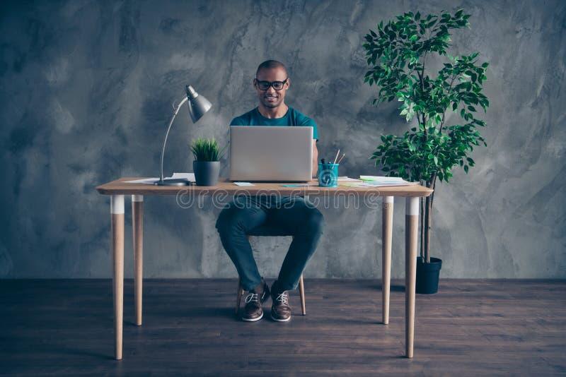 Pełna długości ciała rozmiaru fotografia zadziwia on on jego macho przystojnej notatnik stołowej lampy jasnozielonej rośliny rzet zdjęcie stock