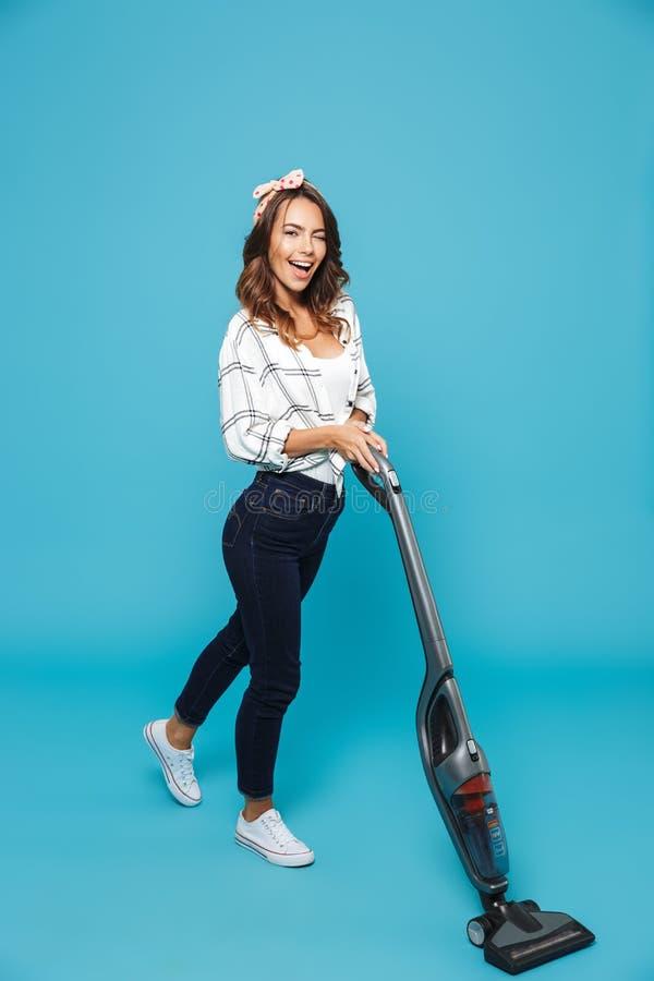 Pełna długości fotografia brunetki kobiety 20s optymistycznie housekeeping zdjęcia royalty free