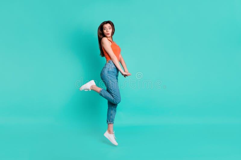 Pełna długości strony profilu ciała rozmiaru fotografia piękna ona dama skacze wysokość zadziwiającego z podnieceniem niespodziew zdjęcia royalty free