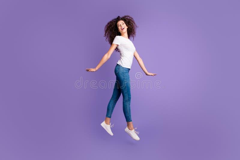 Pełna długości strony profilu ciała rozmiaru fotografia piękna zadziwiający jej dama skacze wysokiego eleganckiego ruchu śliczną  obrazy stock