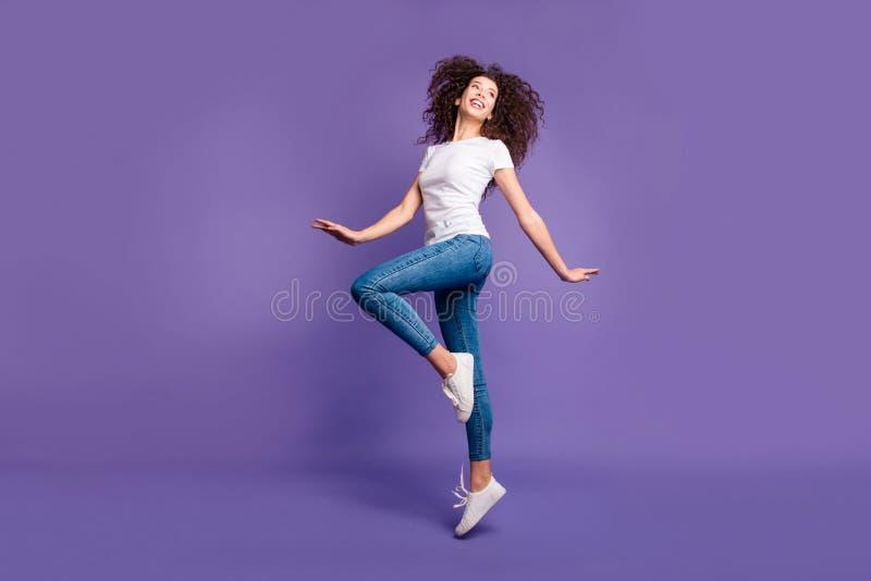 Pełna długości strony profilu ciała rozmiaru fotografia piękna zadziwiający jej dama skacze wysokości ręk ręk chirliderka rozciąg zdjęcie royalty free