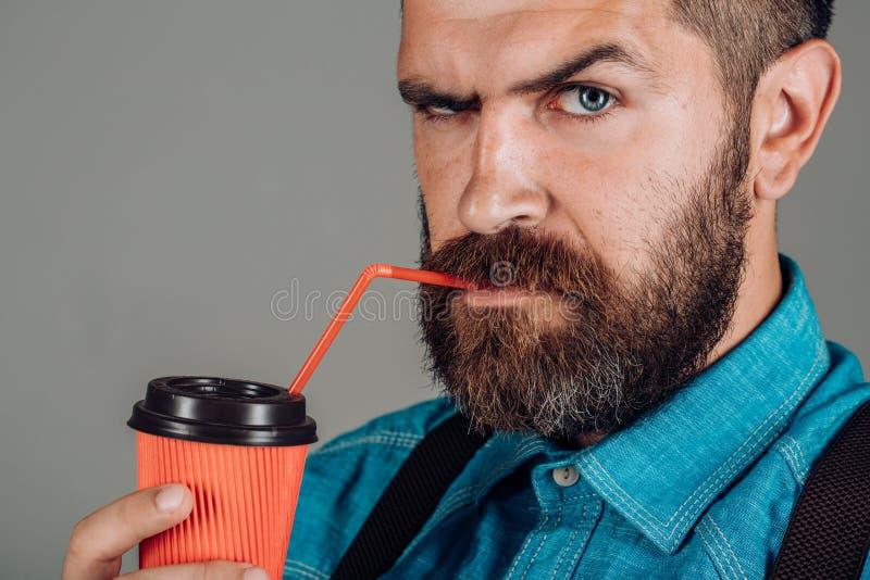 pełna energii Samiec z brodą antykwarska kawa umowy gospodarczej kubek świeżego fasonował dzień dobry długopisy sceny starą mas zdjęcia stock